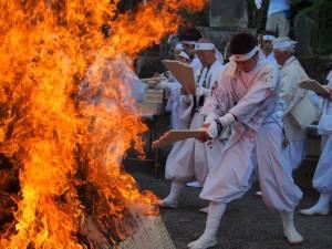 神札を斎火にかけて祈祷する神事員