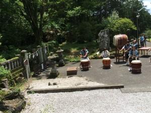 御霊跡 人穴の前で人穴浅間太鼓が奉納されました