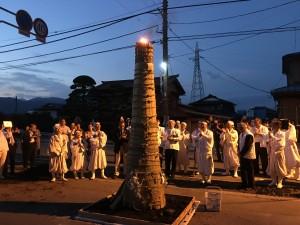 境内地前に立てられた大松明に火が灯され今年のお山神事の無事閉納に感謝の祈りが捧げられました