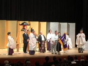 鹿児島教区の教会長より来年の開催の関西教区を代表して京都花守里神事所 吉野所長に大会教旗が引き継がれました