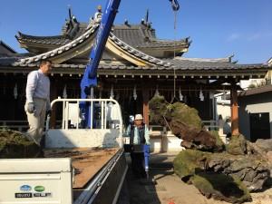 太祠境内に富士山の黒ぼく石が搬入されました