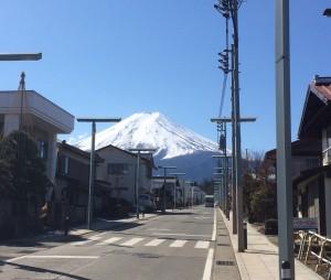 御師が建ち並ぶ金鳥居通りからの富士山