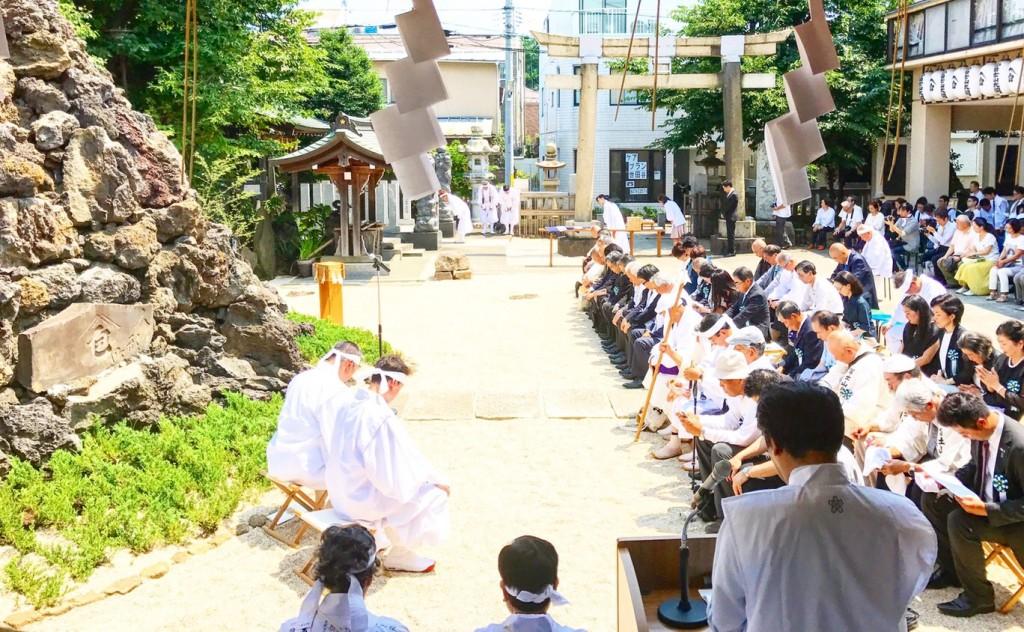 富士山のボク石を積む管長台下と野口健造営委員長