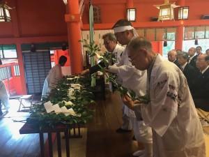 玉串拝礼する管長台下と生沼神事師範