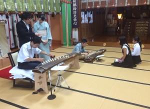 留学生は実際に琴の演奏を体験