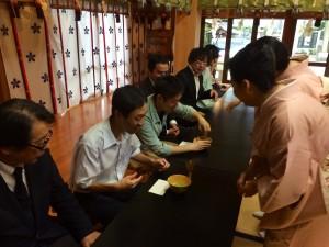 留学生は講師の先生に促されお茶を点てる体験をされました