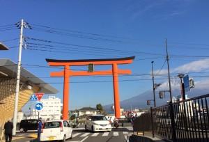 入り口 正面に大鳥居、左手にセンター施設、右奥に富士山を望む