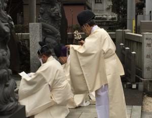 [合祀祭]夕刻  龍神門 斎庭で招霊をなさる管長台下。