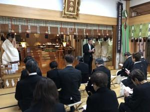 [物故教導職式年慰霊祭]三条教憲奉唱を先導する吉田純一宣教主任