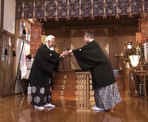 [大祭]富士瑞光章を受ける坂本文蔵 教議会議長