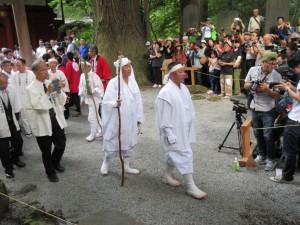 6月30日 富士講パレードで六根清浄の掛け念丈を先達される管長台下と第二十代御法家 勝間田覚法様