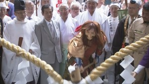 角行さま 食行さま 光清さまを祀る三霊社前の大注連縄を開いて開山になります。