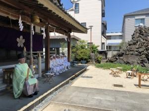 富士塚を前に斎行されました。