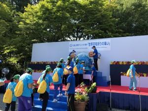 天台青年会の皆さんが平和を願い折った折り鶴を中央オブジェに納めました。
