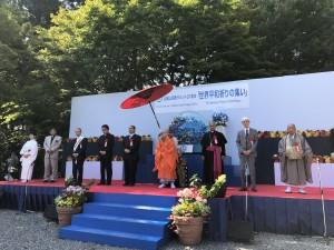 森川天台座主を中心に各教派の代表が登壇し平和祈願の鐘が鳴り響く中、参列者全員で祈りを捧げました。
