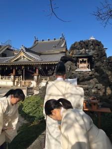 晴天のもとの富士塚八大龍王宮