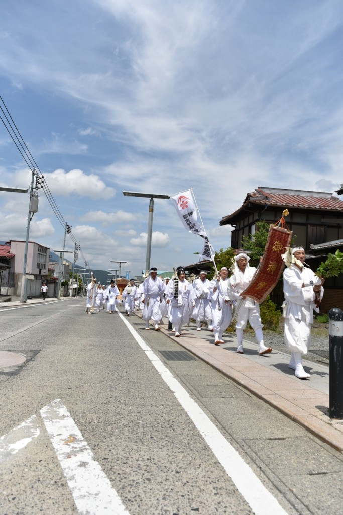 富士吉田の金鳥居通りを渡御する