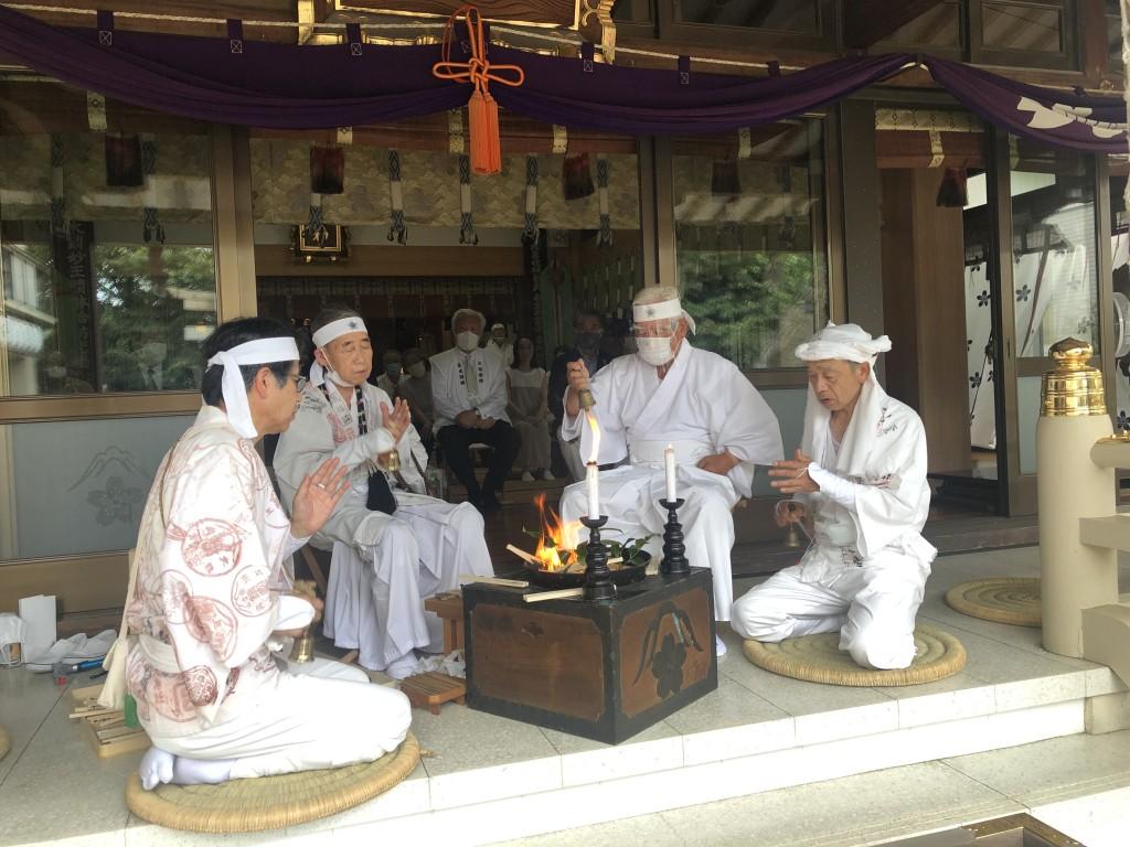 富士講先達による御焚上神事